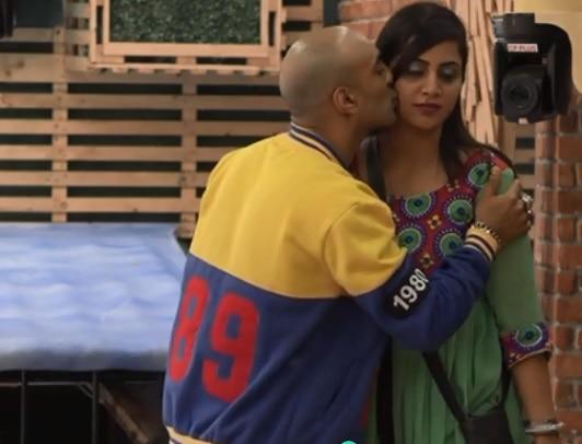 Bigg Boss 11: Akash Dadlani PLANTS KISSES on Arshi Khan