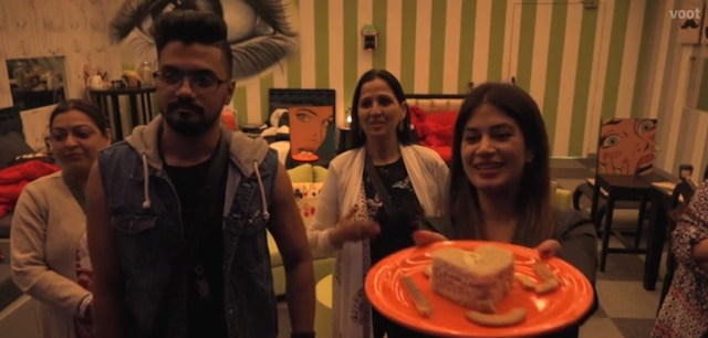 Bigg Boss 11: Puneesh Sharma gets a SURPRISE GIFT from Bandgi Kalra on his birthday