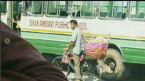 Hrithik Roshan's DEGLAM LOOK as he sells 'papad' for 'Super 30' is the talk of the town !