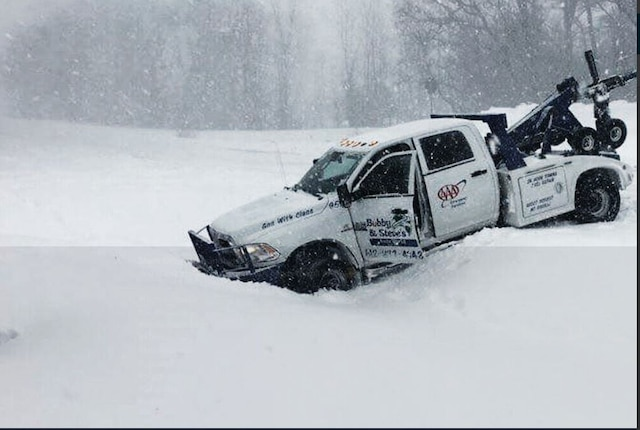 Heavy storm lashes Central US, killing three and causing cancellation of over 400 flights