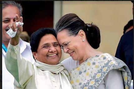 Sonia Gandhi and Mayawati's bonhomie steals the show during Kuamaraswamy's swearing-in ceremony