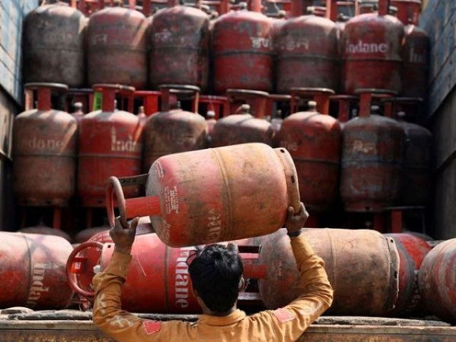 On New Year's eve, subsidised LPG price slashed by Rs 5.91; non-subsidised rate reduced by Rs 120.50