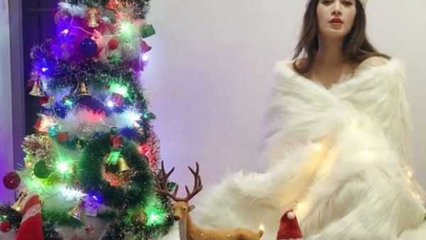 EX Bigg Boss contestant Bandgi Kalra shares a SIZZLING PIC wishing her fans on Christmas and New year!