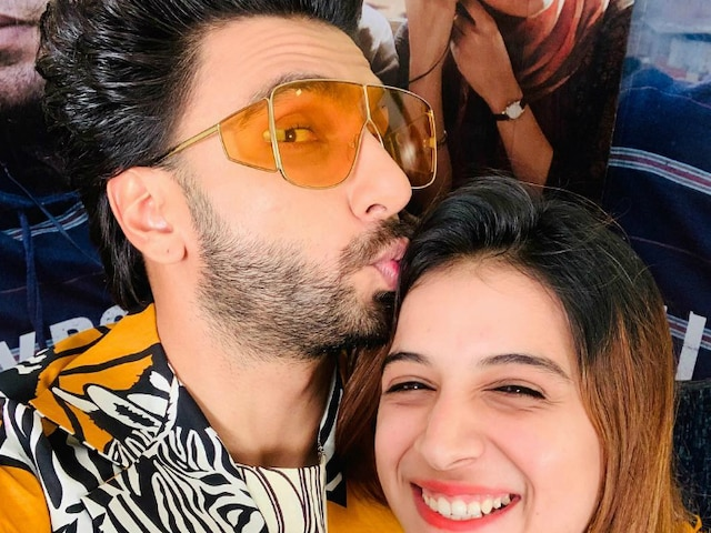 'Bigg Boss 11' fame Benafsha Soonawalla gets a 'pappi'(kiss) from Ranveer Singh! 'Gully Boy' actor gets Ben's inner & outer self in conflict!