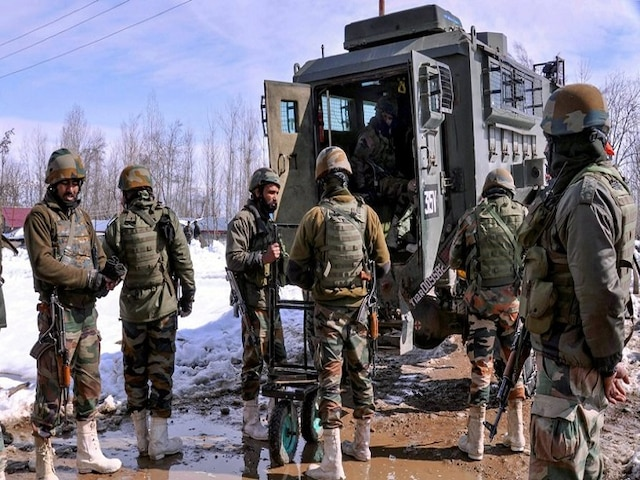 Pregnant woman stuck in heavy snowfall delivers twins after Army helps her to hospital in Kashmir