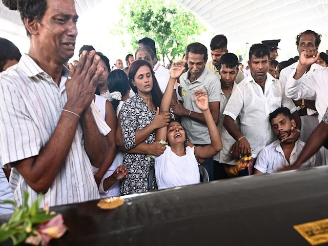 Mass funeral held for Sri Lanka blasts victims