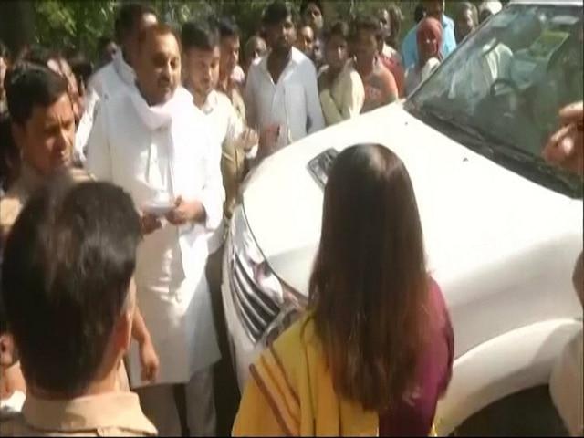 Verbal spat breaks out between Maneka Gandhi and SP-BSP candidate Sonu Singh in Sultanpur