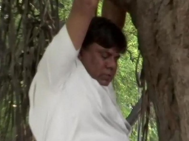 Delhi: Congress worker attempts suicide to stop Rahul Gandhi from resigning