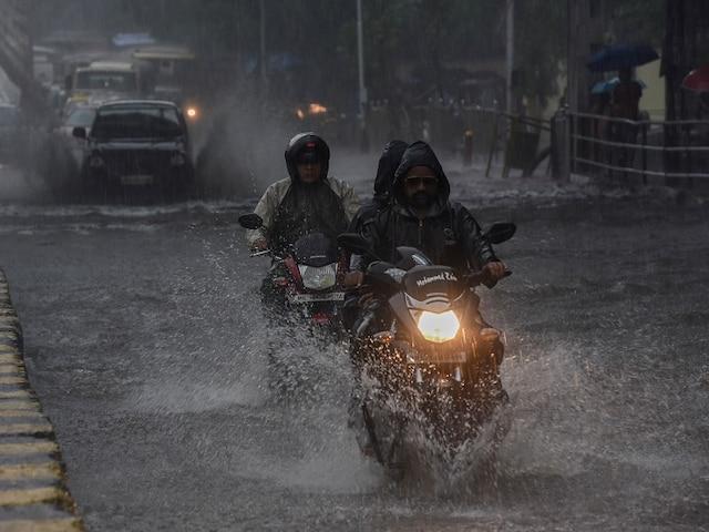 Heavy Rains Lash Mumbai, Waterlogging Causes Sever Traffic Jam