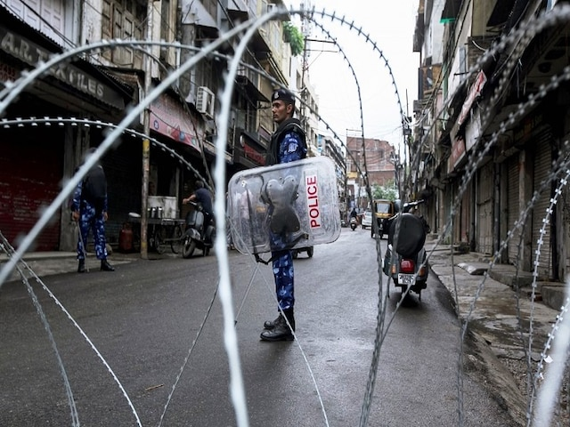 Amid Tight Vigil, People In Kashmir Offer Friday Prayers As Restrictions Eased