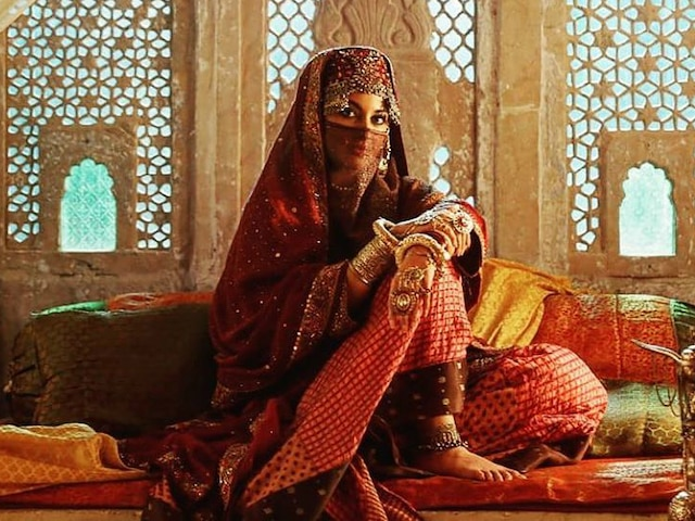 Sonakshi Sinha's 'niqab' look as 'Noor Bai' from Saif Ali Khan's 'Laal Kaptaan' out