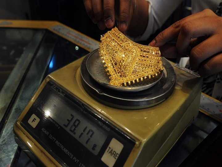 Domestic gold prices buck the global trend, declines to ₹46,072 per 10 gram, silver slips to ₹48,127 per kg