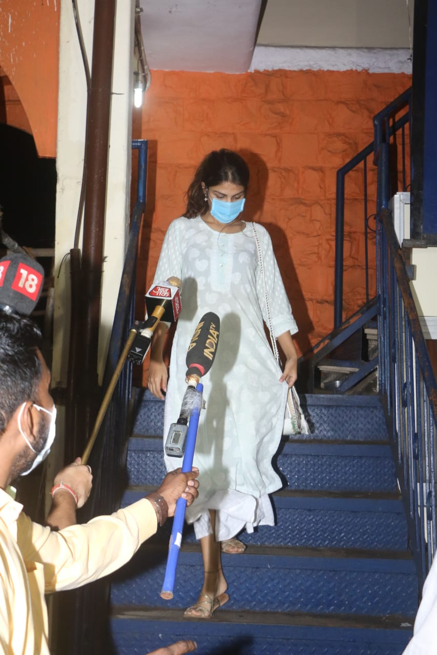 Sushant Singh Rajput Suicide Rumoured Gf Rhea Chakraborty Leaves