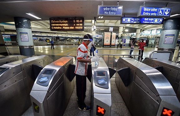 Delhi Metro News: Standing in Delhi Metro is still banned, only 50 passengers will be able to travel per coach