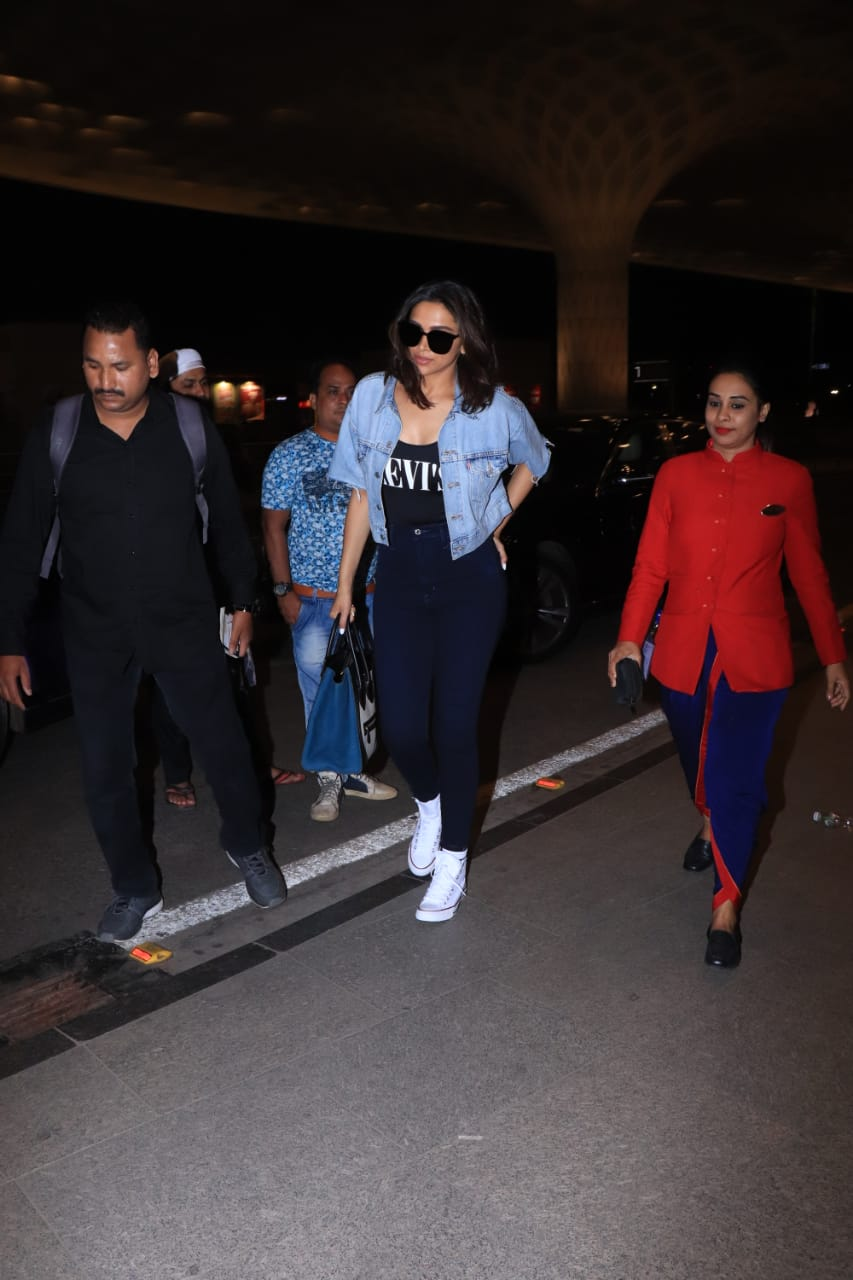 मुंबई एयरपोर्ट पर ट्रेंडी लुक में स्पॉट की गईं अभिनेत्री दीपिका पादुकोण, यहां देखें तस्वीरें