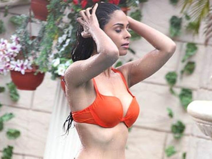 Mallika Sherawat hot dance video goes viral will remind you of murder hotness