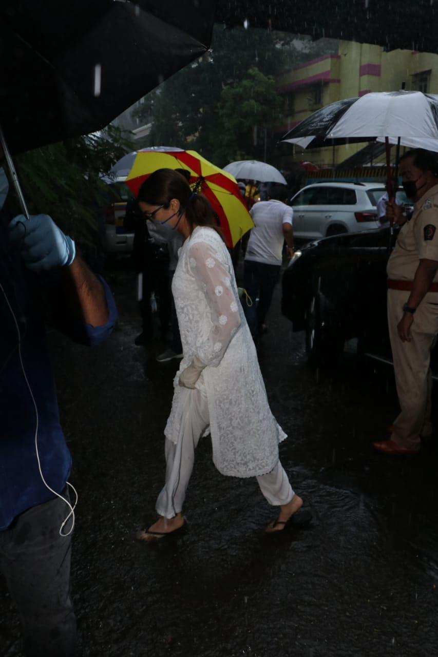 Photos: Kriti Senan and Shraddha Kapoor arrive for Sushant Singh Rajput's last visit, see emotional photos here