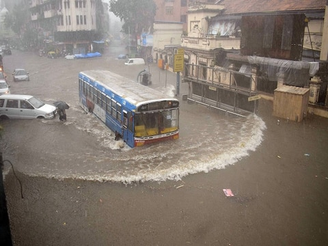 तस्वीरें: मुंबई में भारी बारिश का कहर, सीएम उद्धव ठाकरे ने की लोगों से घरों से बाहर ना निकलने की अपील