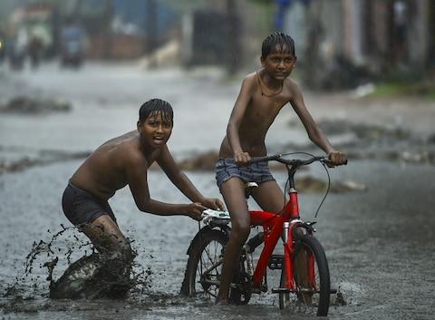 तस्वीरें: राजधानी दिल्ली में झमाझम बारिश, कहीं लगा जाम तो कहीं झूम उठे लोग