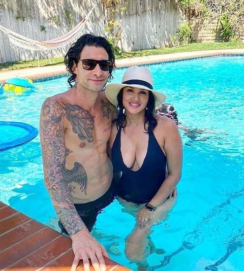 In Pics: बेहद हॉट अंदाज में पति संग पूल में रोमांटिक हुई सनी लियोनी, यहां देखिए बोल्ड अंदाज
