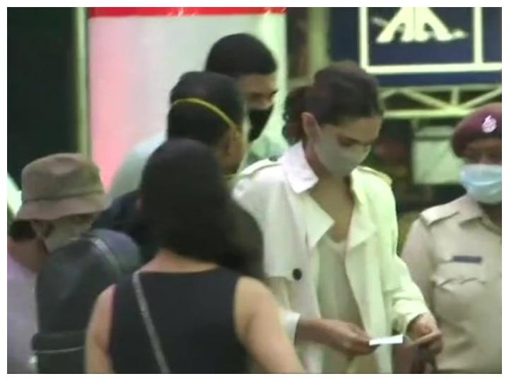 Deepika Padukone arrives at Goa Airport, Ranveer Singh accompanied her on flight
