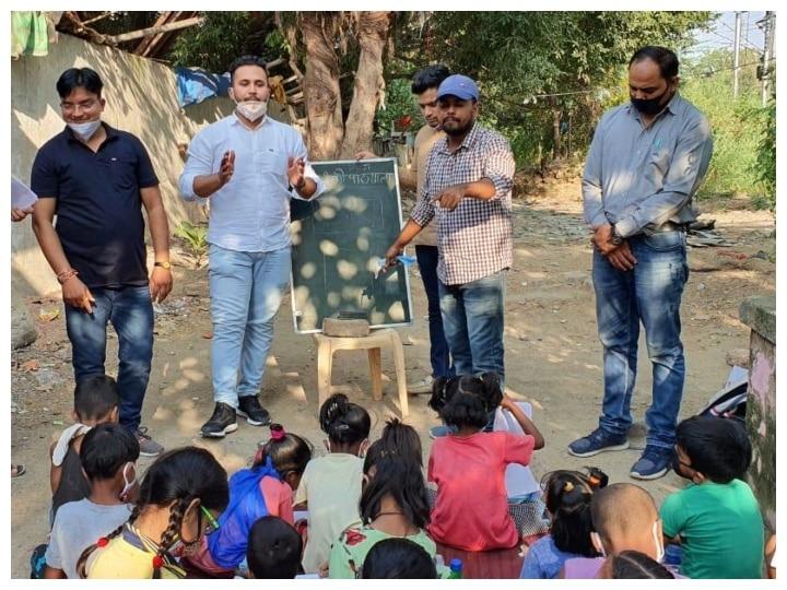 DU और JNU के वालंटियर्स दिल्ली में स्कूली छात्रों के लिए चला रहे हैं 'बस्ती की पाठशाला'