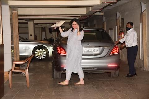 In Pics: देर रात मलाइका के साथ पार्टी करने निकलीं करीना कपूर खान, नवाबी अंदाज में फ्लॉन्ट किया प्रेग्नेंसी ग्लो
