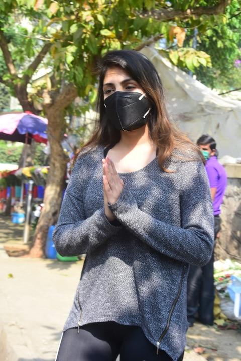 सुशांत की Birth Anniversary पर फूल खरीदने पहुंची रिया चक्रवर्ती, फोटोग्राफर्स से हाथ जोड़कर बोलीं- Please मेरा पीछा ना करें!