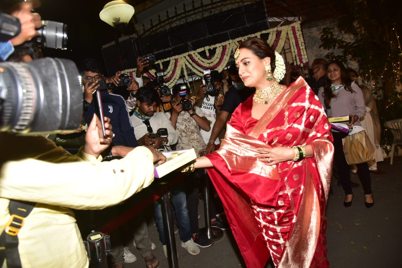 Look at Dia Mirza in red headdress, gajra in hair, bride became the first look, look Vaibhav Rekhi in royal style