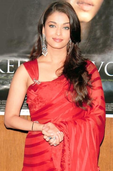Aishwarya Rai Bachchan Photos: सुर्ख साड़ी और सिंदूर भरकर नई नवेली दुल्हन लगती हैं ऐश्वर्या राय बच्चन, मच जाता है हंगामा