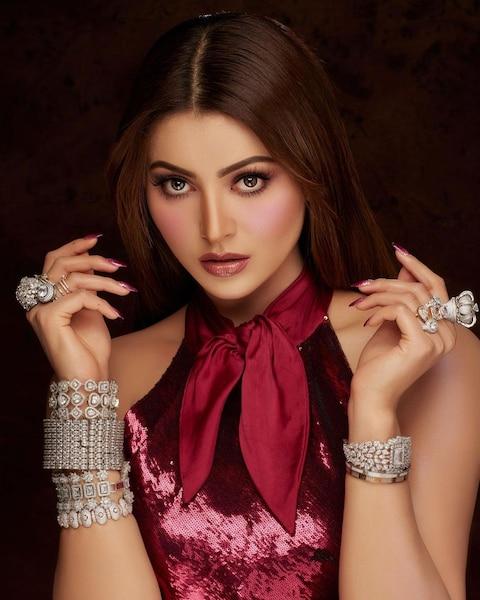 Urvashi Rautela की इस बैकलेस ड्रेस की कीमत है लाखों में, नए लुक से फैन्स को किया दीवाना