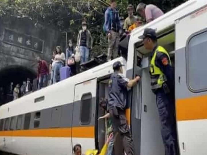 Khaskhabar/पूर्वी ताइवान (eastern Taiwan) में पहाड़ी से गिरे वाहन से टकराकर एक ट्रेन के आंशिक रूप से पटरी से उतर जाने (train derailed) से 48 लोगों की मौत हो गई और 100 से अधिक लोग घायल हुए हैं. ताइवान के सबसे घातक रेल