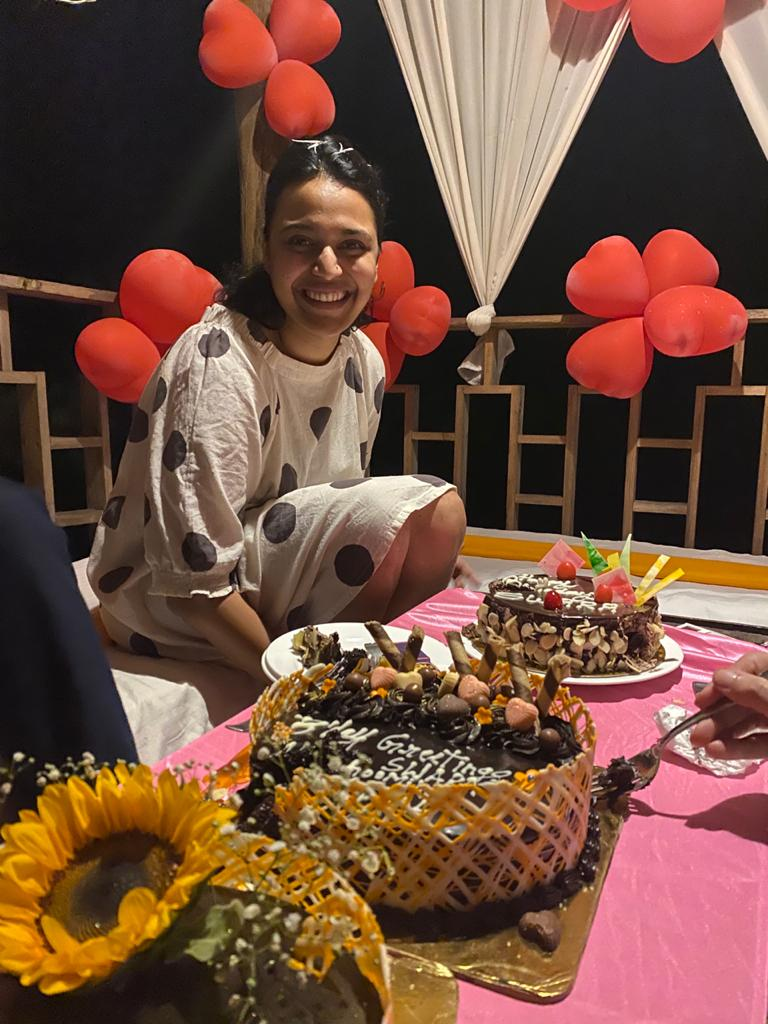 Swara Bhaskar wept while cutting the cake, celebrated birthday on the set of 'Jahan Char Yaar', watch video
